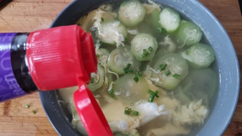 丝瓜蛋汤,最后淋上一勺香油提味增香。