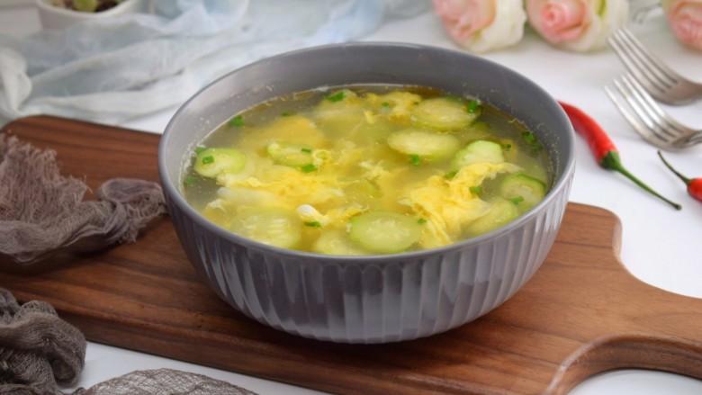 丝瓜蛋汤,这样我们的丝瓜蛋汤就做好了。丝瓜软熟,石花爽嫩,也适合老人孩子食用。