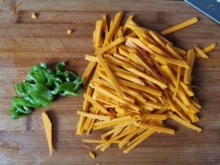 清炒南瓜丝,把青椒和南瓜都切好,以后我们开始炒菜啦