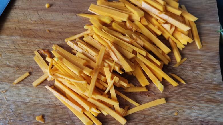 清炒南瓜丝,切成细条。不要切的太细,炒的时候容易断掉。不方便夹菜。