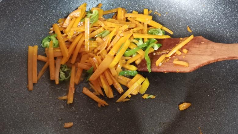 清炒南瓜丝,一起翻炒一下,让青椒丝变色即可。