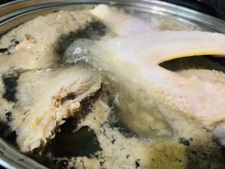 姜母鸭,转中小火,盖住锅盖,煮1小时