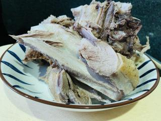 姜母鸭,鸭肉晾干,切块