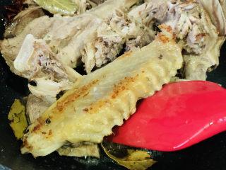 姜母鸭,鸭肉煸炒微焦