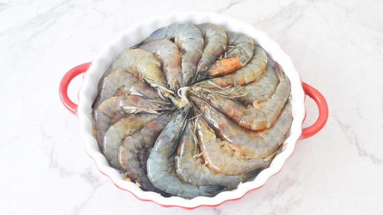 蒜蓉粉丝虾,再将虾围着盘中摆放一圈