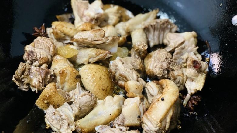 姜母鸭,较肥的鸭皮可以贴近锅底,煸出鸭油,炒至表皮焦黄