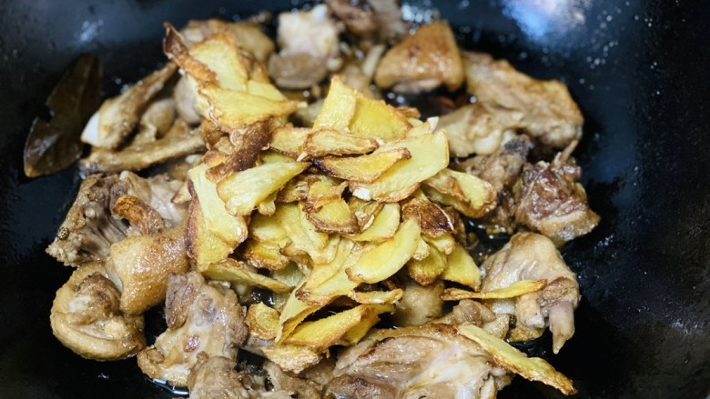 姜母鸭,放入炒好的姜片和羊肉混合翻炒加适量盐