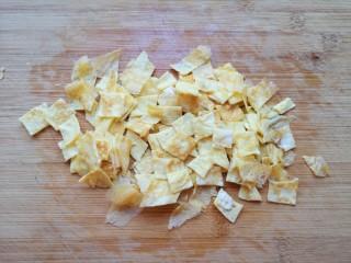 丝瓜蛋汤,煎好的蛋饼切成小块。