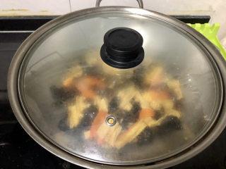 腐竹炒木耳,煮开,中小火炖煮2分钟