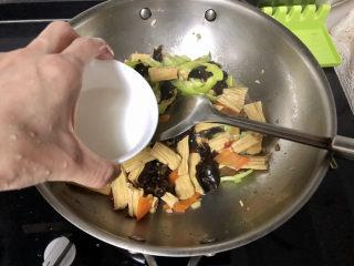 腐竹炒木耳,转大火,淋两汤匙水淀粉,翻炒收汁