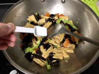 腐竹炒木耳,最后尝下咸淡,根据个人口味添加少许盐翻炒均匀出锅