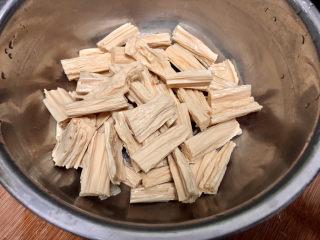 腐竹炒木耳,腐竹切段