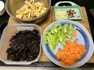腐竹炒木耳,全部食材准备好。