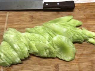 清炒莴笋丝,将莴笋斜着切成薄片