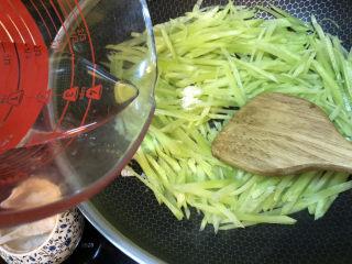 清炒莴笋丝,加一些水,关上锅盖焖3分钟
