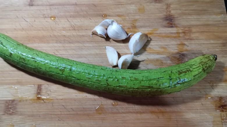 蒜蓉蒸丝瓜,准备好,所需要的食材。