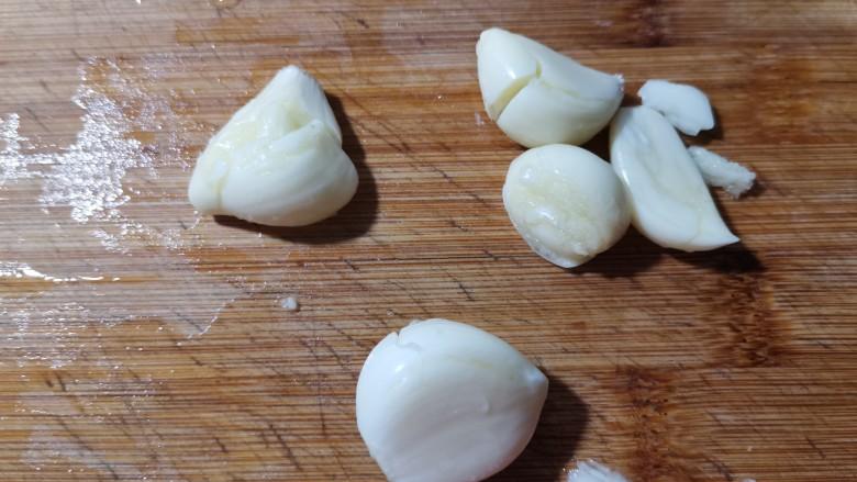 蒜蓉蒸丝瓜,剥去外皮。
