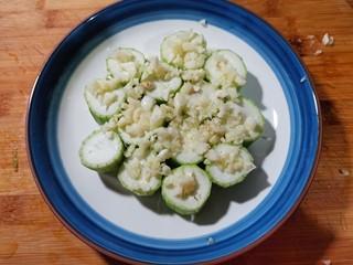 蒜蓉蒸丝瓜,撒上剁碎的蒜粒