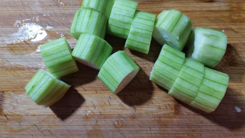 蒜蓉蒸丝瓜,切成小段。