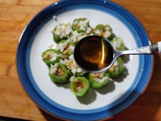 蒜蓉蒸丝瓜,再淋上一勺香油就可以了。