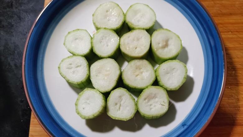 蒜蓉蒸丝瓜,码放在盘子里。