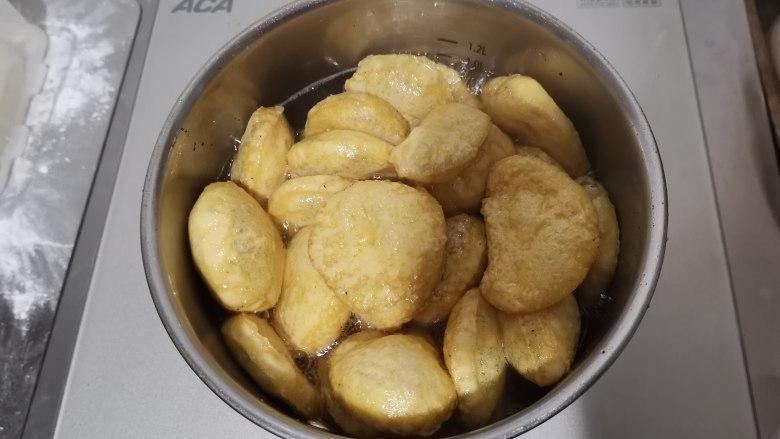 卤素鸡,小心热油溅起。