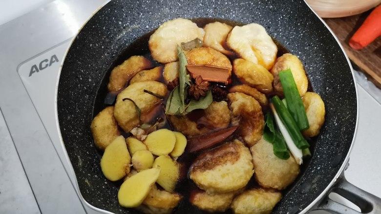 卤素鸡,放入炸过的素鸡片,加入生抽蚝油提鲜,老抽上色,放入清洗好的葱段姜片,八角香叶等。调料根据自己的喜欢添加。