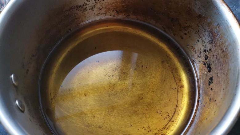卤素鸡,锅里倒入适量的植物油。中火加热。