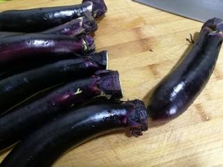 香酥炸茄花,茄子很嫩,稍稍切去根部就可以了。