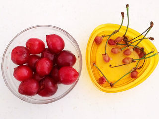 芝士焗南瓜,把所有的樱桃籽都去掉