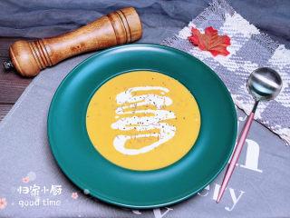 奶油南瓜汤,将香浓的南瓜玉米浓汤盛入盘中。淋上一些淡奶油。撒上一些黑胡椒碎、百里香提香。