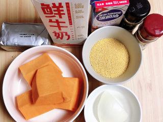 奶油南瓜汤,准备好食材。南瓜、小米、洋葱、牛奶、淡奶油、黑胡椒碎、百里香、黄油。