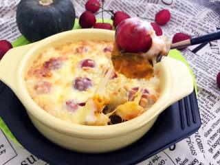 芝士焗南瓜,芝士焗南瓜又甜又糯,大樱桃的加入,使这道菜口感丰富,层次分明,拉丝效果非常棒,是下午茶或者宵夜的最佳选择~