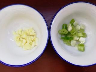 絲瓜花蛤湯,蒜蔥切碎。