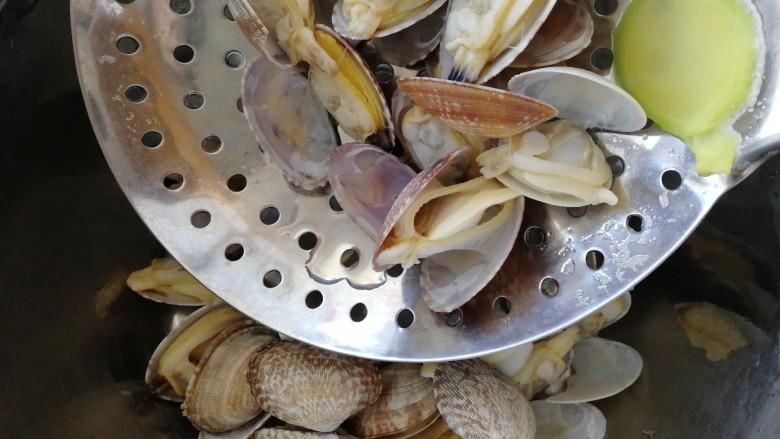 丝瓜花蛤汤,捞出。