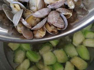 絲瓜花蛤湯,放入花蛤。