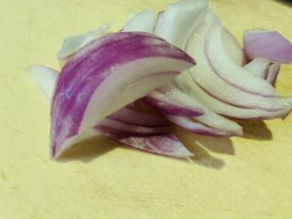 芹菜炒猪肝,洋葱切块