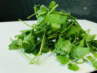 芹菜炒猪肝,自己种的芹菜,洗净
