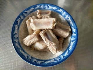 胡萝卜玉米排骨汤,准备食材 焯水排骨