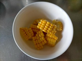 胡萝卜玉米排骨汤,切块甜玉米
