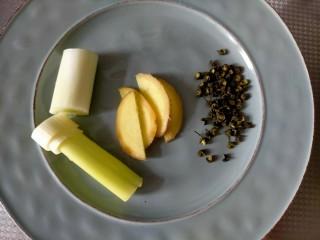 胡萝卜玉米排骨汤,排骨焯水方法 准备生姜,大葱,花椒