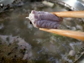 胡萝卜玉米排骨汤,锅中加常温水同时加入上面的调料和排骨 大火煮至水沸腾,这样捞出排骨不会粘上浮沫,炖出来的汤更清亮