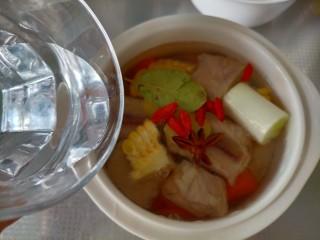 胡萝卜玉米排骨汤,加水适量