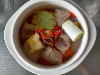 胡萝卜玉米排骨汤,搅拌一下