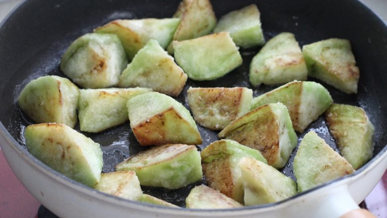 糖醋茄子盖饭,茄子的每个面都要煎,直到茄子表面呈焦黄色、水分蒸发变软的状态盛出。