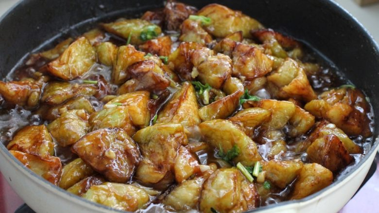 糖醋茄子盖饭,再将茄子倒进锅中翻炒均匀裹上调味汁,撒入香菜末关火即可。