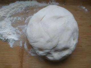 鲅鱼水饺,适量面粉,加入适量清水,和成光滑的面团