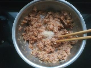 鲅鱼水饺,加入适量清水,适量盐。向一个方向划圈搅拌
