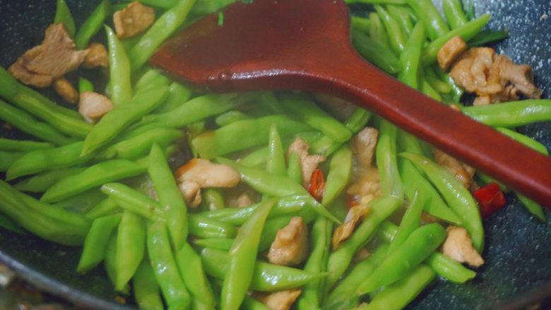 四季豆炒肉,加入少许蚝油加点清水继续熬煮5分钟