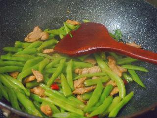 四季豆炒肉,然后倒入煮好的四季豆翻炒2分鐘